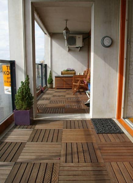 Het steigergevoel met een makkelijke houten vloer op je terras of balkon tuin en balkon for Terras op een helling